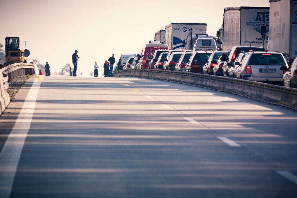 Traffic on the highway. Image by Ralf Vetterle from Pixabay
