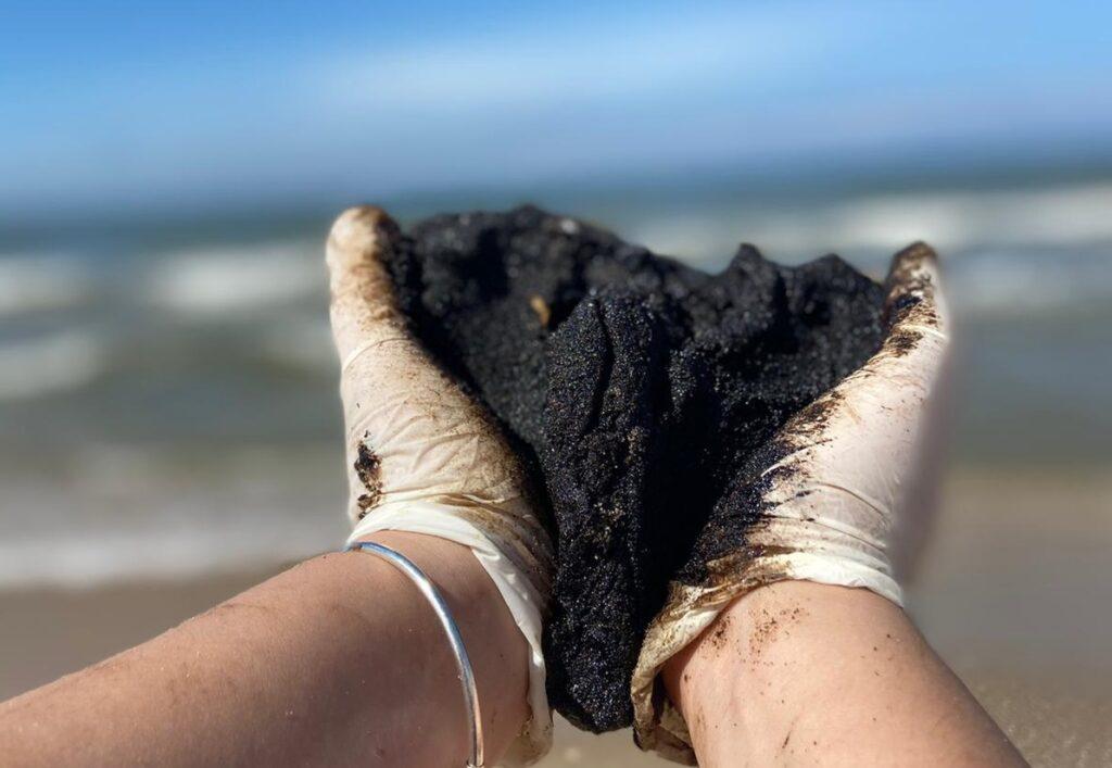 A lump of tar picked up by a volunteer cleaning up the beach near Nitzanim, 20 February 2021. Photo by Niv-ניב By ניב - Own work, CC BY-SA 4.0